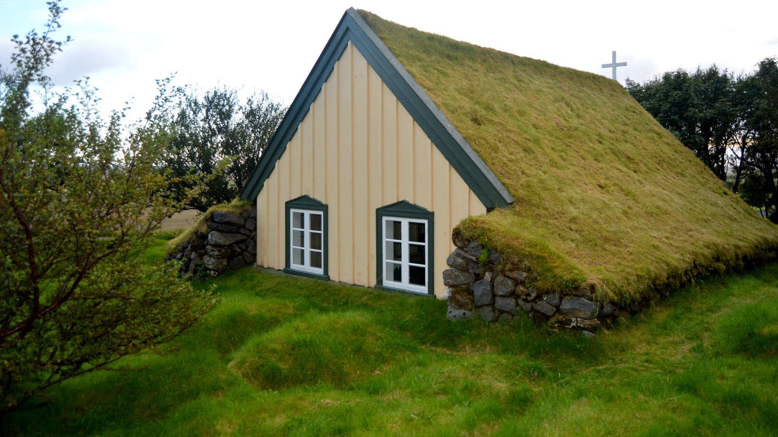 Hofskirkja turf church in r fi guide to iceland for Houses images pictures
