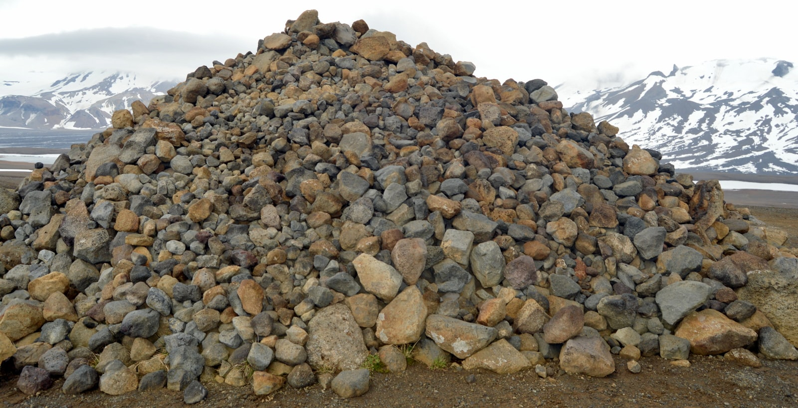The old Tradition of creating Stone Cairns in Iceland ...
